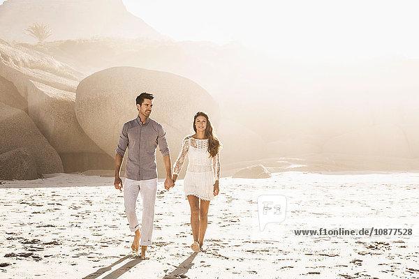 Spaziergang zu zweit am sonnenbeschienenen Strand  Kapstadt  Südafrika