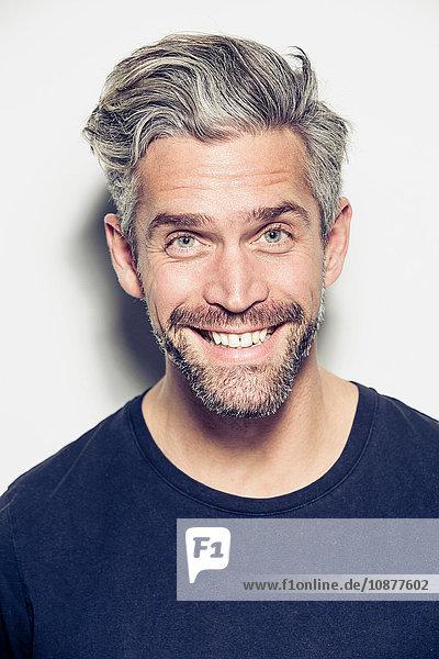 Porträt eines Mannes im mittleren Erwachsenenalter  lächelnd