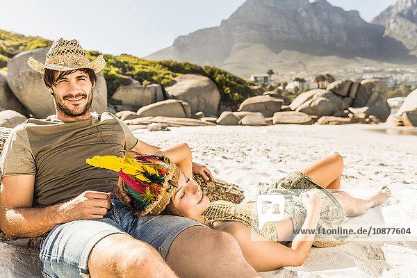 Mittleres erwachsenes Paar beim Sonnenbaden am Strand  Kapstadt  Südafrika