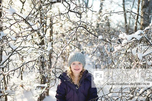 Porträt eines jungen Mädchens in verschneiter Landschaft
