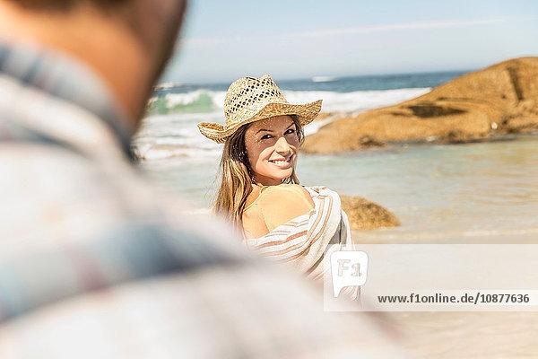 Über-Schulter-Ansicht einer in eine Decke gehüllten Frau am Strand  Kapstadt  Südafrika