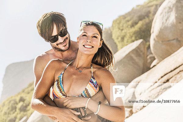 Paar in Badebekleidung umarmt sich am Strand  Kapstadt  Südafrika