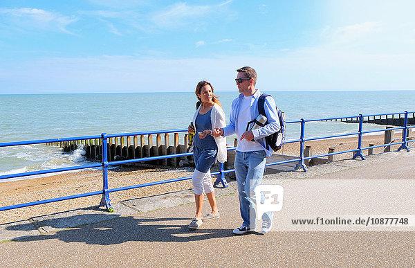 Paar beim Spaziergang auf der Promenade