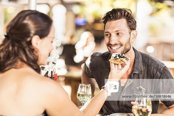 Abendessen für Paare im Straßencafé