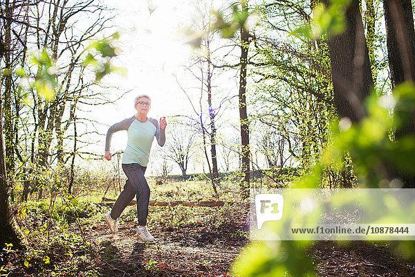 Frau rennt im Wald