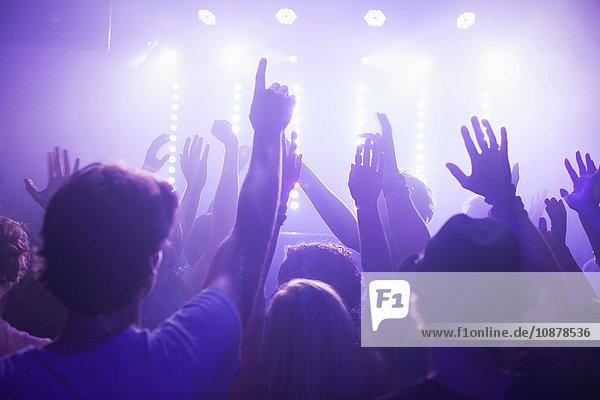 Rückansicht der Gruppe mit erhobenen Klubarmen vor dem Konzert Rückansicht der Gruppe mit erhobenen Klubarmen vor dem Konzert