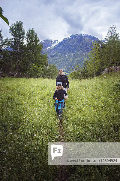 Norwegen  Oppstrynsvatnet  Strynevatnet  Hjelle  Glomsdalen  Girl (8-9) und Mutter Wandern