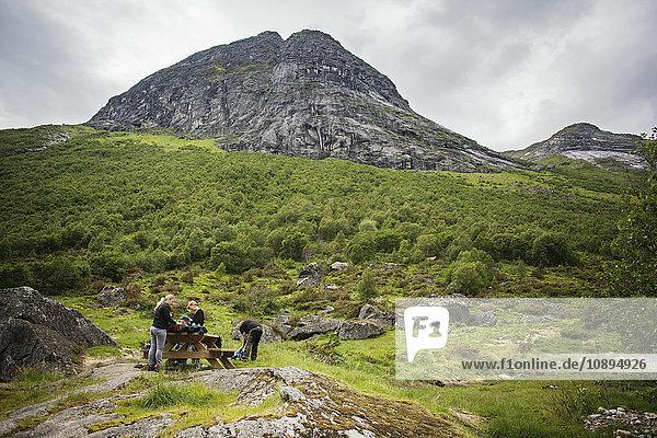 Norwegen  Glomsdalen  Zwei Frauen mit zwei Mädchen (6-7  8-9) beim Wandern im Gebirge