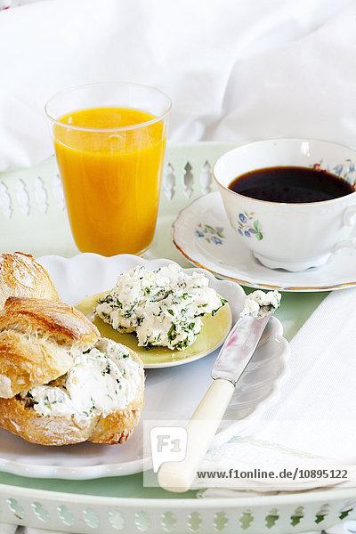Frühstück auf Tablett im Schlafzimmer