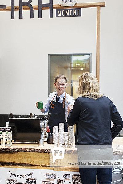 Schweden  Barista arbeitet im Cafe