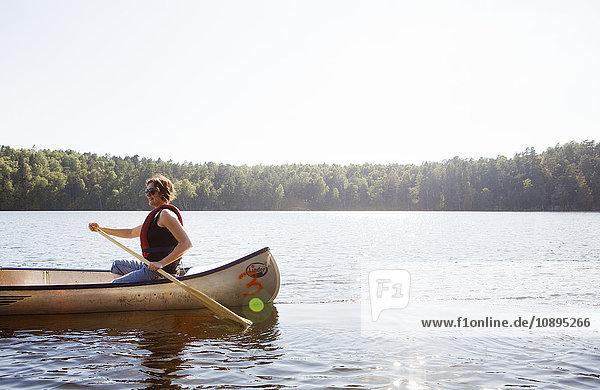Schweden  Vastra Gotaland  Delsjon  Frau im Ruderboot auf dem See