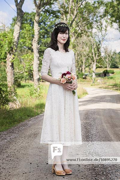 Schweden  Smaland  Vetlanda  Holsbybrunn  Portrait der Braut auf der Straße stehend
