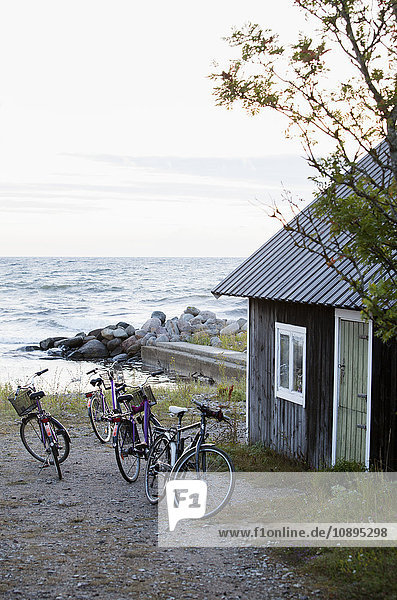 Schweden  Gotland  Fahrräder in der Nähe der Hütte am Meer