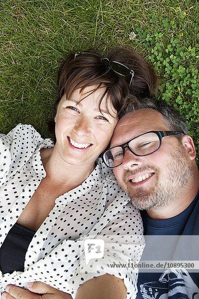 Schweden  Gotland  Visby  Glückliches Paar auf Gras liegend