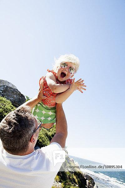 Schweden  Gotland  Hoburgen  Glücklicher Vater hebt seine Tochter in die Luft