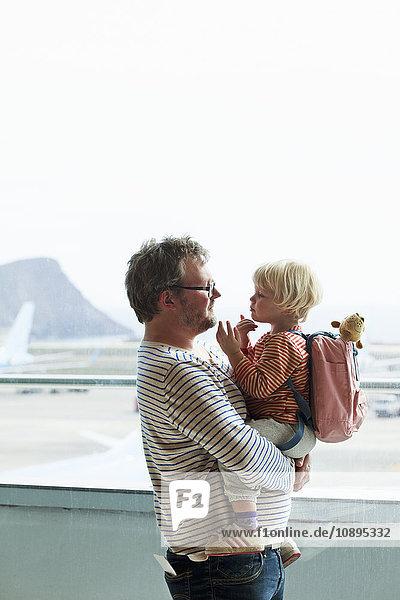 Spanien  Teneriffa  Teneriffa Süd Flughafen  Vater und Tochter (2-3) am Flughafen