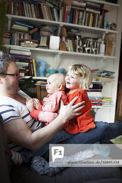 Schweden  Vater spielt mit Töchtern (6-11 Monate) ( 2-3)