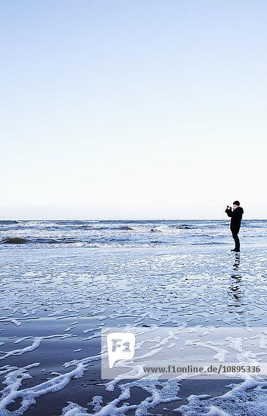 Dänemark  Skiverne  Mann fotografiert Meer