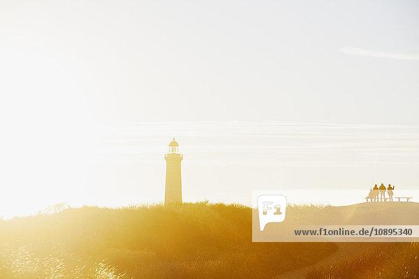 Dänemark  Grenen  Leute  die auf den Leuchtturm schauen