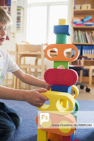 Schweden  Junge (6-7) spielt im Kindergarten