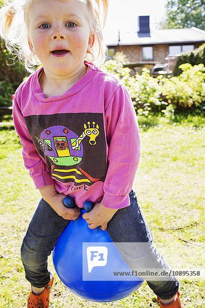 Schweden  Vastergotland  Skovde  Portrait des Mädchens (4-5) beim Spielen im Freien