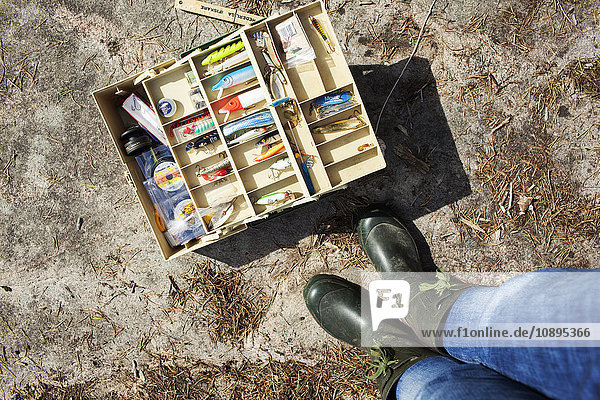 Schweden  Vastergotland  Naturschutzgebiet Vattlefjall  Frau mit Angelausrüstung