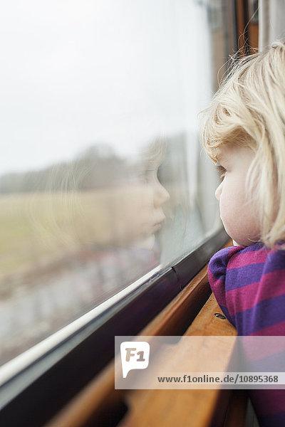 Schweden  Mädchen (2-3) reisen mit dem Zug