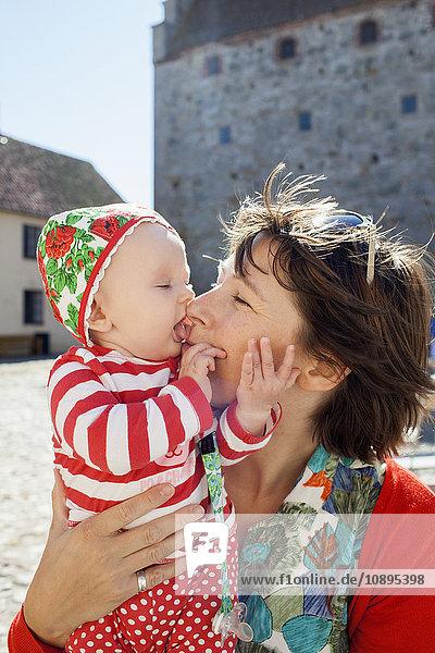 Schweden  Skane  Osterlen  Glimmingehus  Mutter küssende Tochter (2-5 Monate)