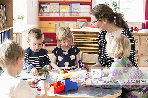 Schweden  Kinder spielen mit der Lehrerin im Kindergarten