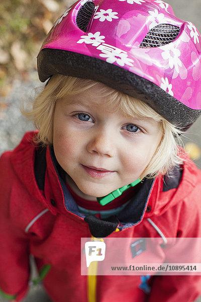 Schweden  Bohuslan  Portrait eines Mädchens (2-3) im Fahrradhelm