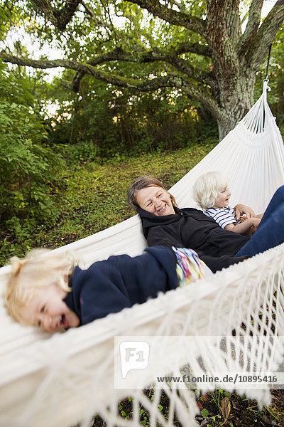 Schweden  Gotland  Havdhem  Großmutter und Enkelkinder (2-3  4-5) in Hängematte