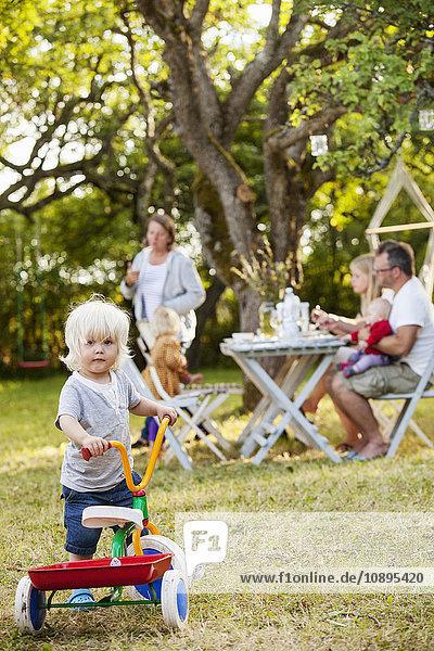 Schweden  Gotland  Havdhem  Familie mit drei Kindern (12-17 Monate  2-3) im Hinterhof