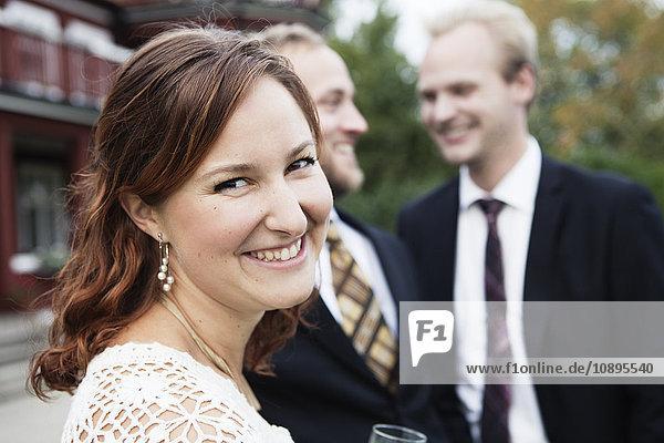 Schweden  Smaland  Braut mit Bräutigam und Trauzeugen im Hintergrund