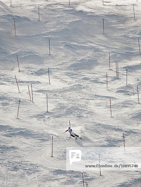 Schweden  Medelpad  Sundsvall  Skifahrer auf der Piste
