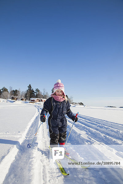 Schweden  Medelpad  Juniskar  Girl (6-7) lernen Skifahren