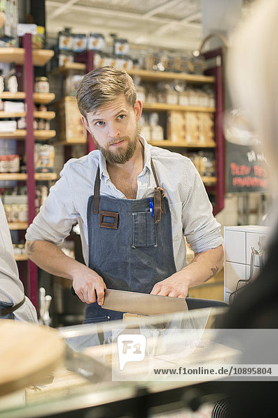 Schweden  Uppland  Hotorgshallen Saluhall  Porträt des Menschen auf dem Lebensmittelmarkt