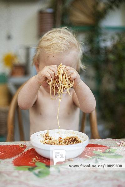 Schweden  Junge (2-3) spielt mit Spaghetti