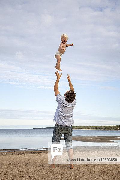 Schweden  Medelpad  Juniskarr  Mann wirft Sohn (2-3) in die Luft