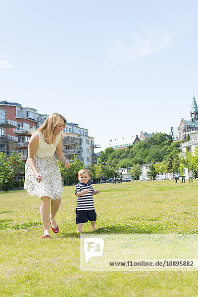 Schweden  Sodermanland  Nacka  Finnboda Hamn  Mutter mit Jungen (18-23 Monate) im Park