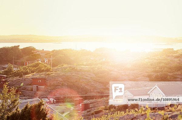Schweden  Vastra Gotaland  Bohuslan  Askim  Stadtlandschaft bei Sonnenuntergang