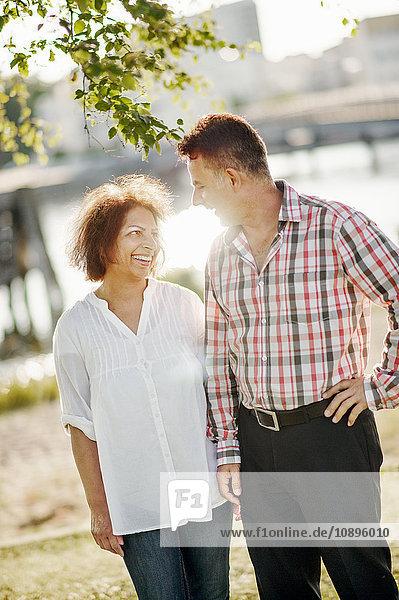 Schweden  Vastra Gotaland  Göteborg  reifes Paar zu Fuß