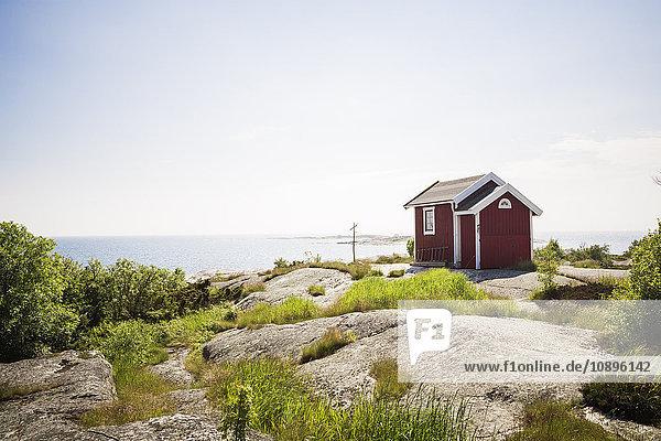 Schweden  Stockholm Archipel  Huvudskar  Blick auf das Haus am Meer