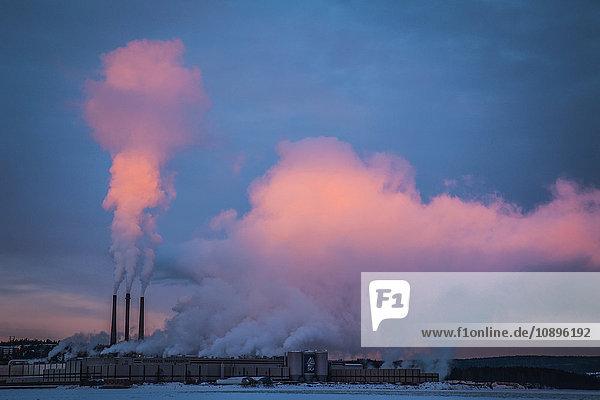 Schweden  Medelpad  Sundsvall  Rauch über Papierfabrik