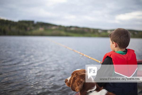 Schweden  Medelpad  Junge (8-9) Angeln mit Hund