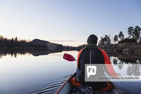 Schweden  Medelpad  Nolby  Kanu fahren im Morgengrauen