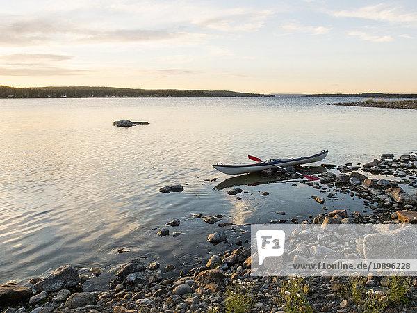 Schweden  Medelpad  Alnon  Kajak am Felsenstrand