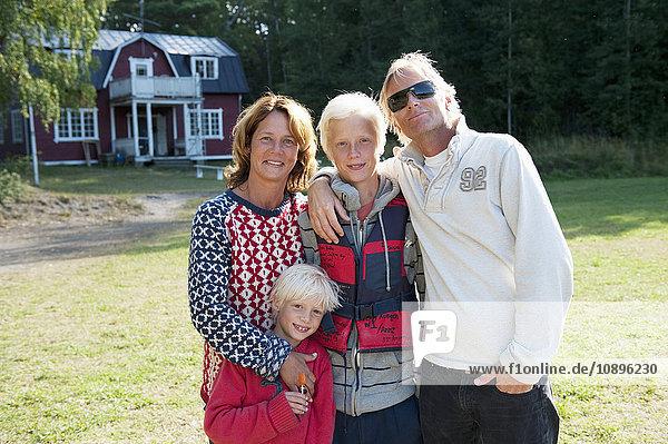 Schweden  Sodermanland  Vitsgarn  Familie mit zwei Kindern (8-9  14-15)