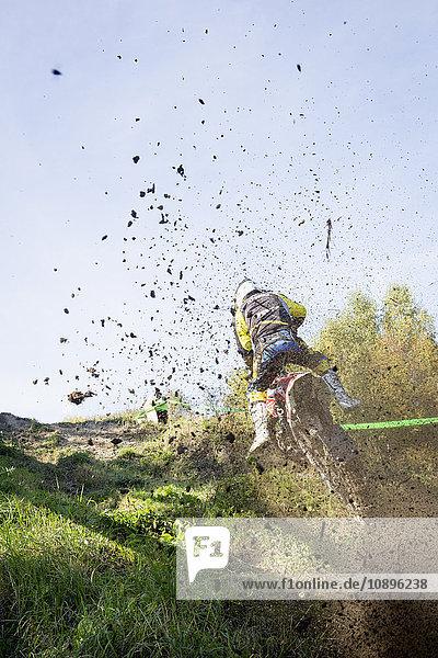Schweden  Medelpad  Nolby  Nolbybacken  Rückansicht des Mannes auf Motocross