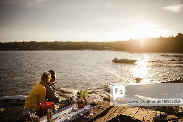 Schweden  Medelpad  Alnon  Paar beim Sonnenuntergang