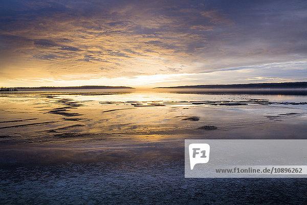 Schweden  Medelpad  Sundsvall  Soraker  Panoramablick auf das Meer bei Sonnenaufgang